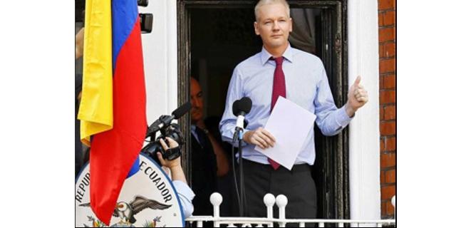 Assange habla desde el balcón de la embajada de Ecuador en Londres