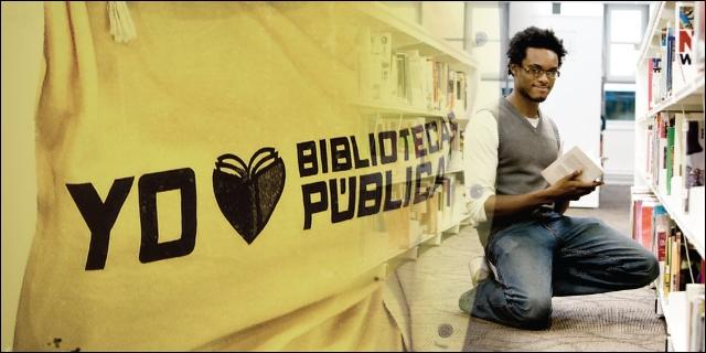 Voluntario en una biblioteca pública