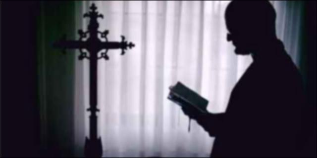 Sacerdote orando