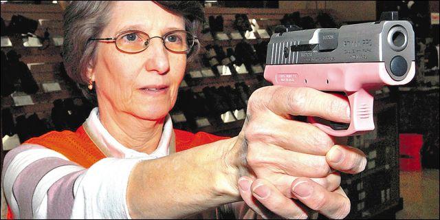 Mujer empuñando una pistola