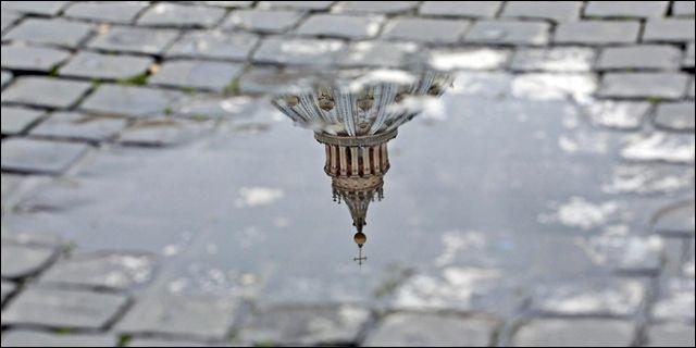 El Vaticano reflejado en la calle