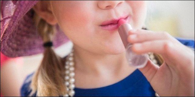 Supuesta niña pintándose los labios