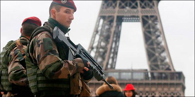 Militares en las calles de París