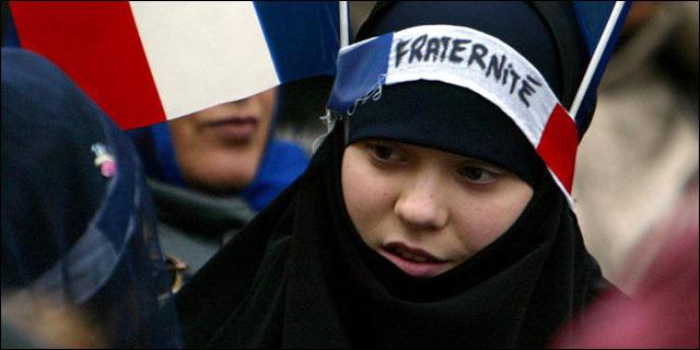 Niña musulmana predicando la fraternitè