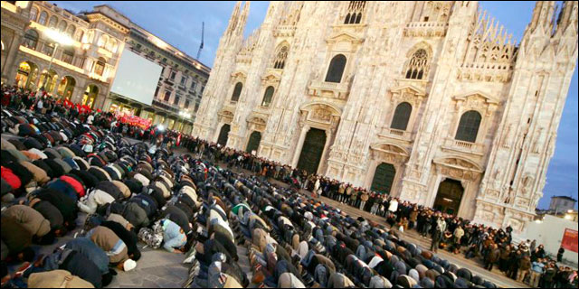 Musulames rezando en una plaza pública en Milán